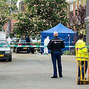Amsterdam, 04-05-2014. Bij een schietpartij op het Nesserland in Amsterdam Noord is vannacht de 31-jarige THC rapper Charlton 'Challa' Wondel om het leven gekomen. Een tweede slachtoffer liep een schotwond op in zijn been en is overgebracht naar een ziekenhuis. Omstanders wisten te vertellen dat er zes schoten zijn gelost.<br /> Na de schietpartij vluchtte de vermoedelijke dader een woning binnen, waar op dat moment kinderen aanwezig waren. Het arrestatieteam werd ingezet en met de hulp van een onderhandelaar kwam de vermoedelijke dader omstreeks 05.30 uur naar buiten, waar hij direct werd aangehouden.<br /> De politie is een grootscheeps onderzoek gestart. Omtrent het motief is nog niets bekend.