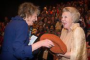 Prinses Beatrix der Nederlanden woont donderdagmiddag 21 mei een feestelijke voorstelling bij die de