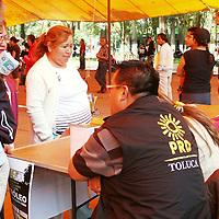 """Toluca, México.- Juan Hugo de la Rosa, dirigente estatal del PRD durante el Festival Cultural """"El Petróleo es de Todos"""", en donde participaron diversos grupos de rock, en el marco del los festejos de los 45 años de la masacre de Tlatelolco.  Agencia MVT / José Hernández"""