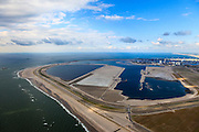 Nederland, Zuid-Holland, Rotterdam,  15-07-2012; Aanleg Maasvlakte 2. Contouren van de nieuwe havenbassins en kades. Links de zogenaamde zachte zeewering bestaande uit opgespoten duinen beplant met helm. Rechts de bestaande Maasvlakte, Zuidhollandse kust met de Zandmotor aan de horizon. .Expansion of the Port of Rotterdam, the second Maasvlakte. The contours of the new harbor basins with quays and the so-called soft seawall, artificial dunes with haram grass..luchtfoto (toeslag); aerial photo (additional fee required); .foto Siebe Swart / photo Siebe Swart
