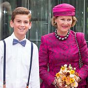 NLD/Amsterdam/20150923- Prinses Beatrix en Koningin Sonja van Noorwegen openen Munch-expo van de Noorse kunstenaar Evard Munchin in het van Gogh Museum, Koningin Sonja en een bloemenjongen