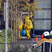 Verdacht poeder aangetroffen ASW Huizen, ontsmettingsteam, gaspakken naar binnen