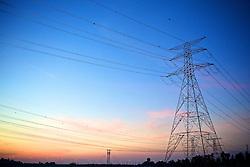 Torres de transmissãode energia elétrica ao longo da estrada no por-do-sol. FOTO: Jefferson Bernardes/Preview.com