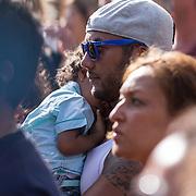 NLD/Amsterdam/20130818 - Ruben Heerenveen en kindje in zijn armen