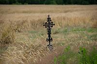Podlasie, 07.2020. Kapliczki i przydrozne krzyze na Podlasiu N/z metalowy krzyz przy drodze za wsia Bombla fot Michal Kosc / AGENCJA WSCHOD