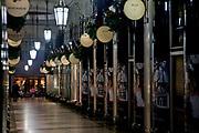 Londyn, 2009-10-23. Londyn nocą - pasaż Piccadilly z wieloma eleganckimi sklepami.
