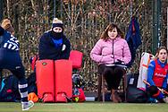 BILTHOVEN -  Hoofdklasse competitiewedstrijd dames, SCHC v hdm, seizoen 2020-2021.<br /> Foto: Keeper Marsha Zwezereijn (SCHC) en Manager Astrid Kersseboom (SCHC) hebben het koud langs de lijn