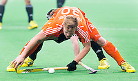 NEW DELHI -  Mink van der Weerden wordt belaagd door een Duitser tijdens de kwart finale van  de finaleronde van de Hockey World League tussen de mannen van Nederland en Duitsland . ANP KOEN SUYK