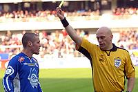Fotball Tippeligaen 30.04.06, Rosenborg ( RBK ) - Molde 0-1<br /> Dommeren kom i sterkt fokus i kamen, her er det Mrcus Bakke som får gult kort<br /> Foto: Carl-Erik Eriksson, Digitalsport