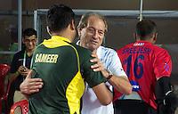 BHUBANESWAR (India) - Roelant Oltmans met een Pakistaanse coach. Gekte rond de halve finalewedstrijd tuusen India en Pakistan bij de Champions Trophy hockey. Bij India is Roelant oltmans de bondscoach . Pakistan won verrassend door in de laatste minuut te scoren. ANP KOEN SUYK