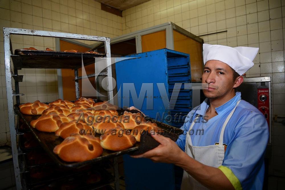 Toluca, Méx.- En diversas panaderías de la ciudad, como es la de El Copo, se elaboran en estos días las tradicionales hojaldras o pan de muerto, sabores como naranja, nuez, vainilla endulzan el paladar de los comensales. Agencia MVT / Crisanta Espinosa
