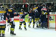 29.03.2011, Kloten, Eishockey NLA Playoff, Kloten-Flyers - SC Bern, Die Kloten Spieler jubeln nach Spielende ueber den Finaleinzug  (Thomas Oswald/hockeypics)