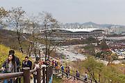 Promenade du Week-end sur un ancien centre d'enfouissement des déchets aménagé en parc, World Cup parc, Séoul, Corée du Sud. // Weekend promenade on a rehabilitated landfill site, World Cup Park, Seoul, South Korea.