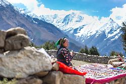 """THEMENBILD - Verkäuferin nahe Namche Bazaar. Wanderung im Sagarmatha National Park in Nepal, in dem sich auch sein Namensgeber, der Mount Everest, befinden. In Nepali heißt der Everest Sagarmatha, was übersetzt """"Stirn des Himmels"""" bedeutet. Die Wanderung führte von Lukla über Namche Bazar und Gokyo bis ins Everest Base Camp und zum Gipfel des 6189m hohen Island Peak. Aufgenommen am 10.05.2018 in Nepal // Trekkingtour in the Sagarmatha National Park. Nepal on 2018/05/10. EXPA Pictures © 2018, PhotoCredit: EXPA/ Michael Gruber"""