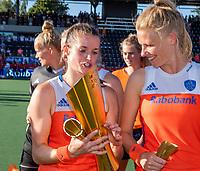 AMSTELVEEN  -  Lidewij Welten (Ned) en Caia Van Maasakker (Ned)  met de beker.  Oranje wint de finale na schoot outs. Speelsters   na   de finale  Nederland-Australie (2-2)  van de Pro League hockeywedstrijd dames. .  COPYRIGHT KOEN SUYK
