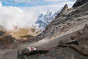 Alpengipfel mit Wolkenstimmung. Sicht auf Eiger, Mönch und Jungfrau von Bergweg zu Sefinenfurgge
