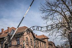 """THEMENBILD - Das Stammlager Auschwitz I gehörte neben dem Vernichtungslager KZ Auschwitz II–Birkenau und dem KZ Auschwitz III–Monowitz zum Lagerkomplex Auschwitz und war eines der größten deutschen Konzentrationslager. Es befand sich zwischen Mai 1940 und Januar 1945 nach der Besetzung Polens im annektierten polnischen Gebiet des nun deutsch benannten Landkreises Bielitz am südwestlichen Rand der ebenfalls umbenannten Kleinstadt Auschwitz (polnisch Oświęcim). Teile des Lagers sind heute staatliches polnisches Museum bzw. Gedenkstätte. Im Bild der Eingang des Lagers mit dem Schriftzug """"Arbeit macht frei"""", aufgenommen am 11.04.2018, Oswiecim, Polen // Auschwitz concentration camp was a network of concentration and extermination camps built and operated by Nazi Germany in occupied Poland during World War II. It consisted of Auschwitz I (the original concentration camp), Auschwitz II–Birkenau (a combination concentration/extermination camp), Auschwitz III–Monowitz (a labor camp to staff an IG Farben factory), and 45 satellite camps. Concentration camp Auschwitz I, Oswiecim, Poland on 2018/04/11. EXPA Pictures © 2018, PhotoCredit: EXPA/ Florian Schroetter"""