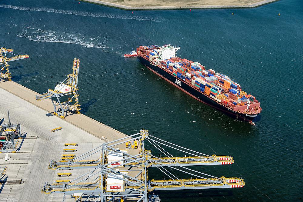 Nederland, Zuid-Holland, Rotterdam, 10-06-2015; <br /> Container Ship Le  Havre van APL (American President Lines) onderweg naar de containerterminal van RWG (Rotterdam World Gateway), geassisteerd door twee sleepboten van Kotug.<br /> Container Ship Le Havre APL (American President Lines) on its way to the container terminal of RWG (Rotterdam World Gateway), assisted by two tugs Kotug.<br /> <br /> luchtfoto (toeslag op standard tarieven);<br /> aerial photo (additional fee required);<br /> copyright foto/photo Siebe Swart