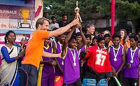 KHUNTI (Jharkhand) -  Finaledag Interschool Hockey League 2016. ONE MILLION HOCKEY LEGS  is een project , geïnitieerd door de Nederlandse- en Indiase overheid, met het doel om trainers en coaches op te leiden en  500.000 kinderen in India te laten hockeyen.  Ex international Floris Jan Bovelander  (l)  is een van de oprichters en het gezicht van OMHL.  met links coachtrainer  Warner vd Vegt.. COPYRIGHT KOEN SUYK