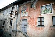 """Arcumeggia il paese dipinto in provincia di Varese. in primo piano il dipinto """"Il soldato che non vuole la guerra"""" di Gioxe De Micheli 1991. Sullo sfondo """"San Martino"""" di Giuseppe Montanari del 1956"""