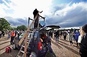 Nederland, Nijmegen, 5-6-2020  Evenals in Amsterdam en Rotterdam was er ook een betoging in Nijmegen tegen politiegeweld en anti-racisme, black lives matter .  Op de goffertwei stonden tegen de 1000 mensen op anderhalve meter afstand vanwege de coronamaatregelen te demonstreren tegen geweld tegen zwarte of gekleurde mensen . De demonstraties  worden georganiseerd mede uit solidariteit met de zwarten in de VS, amerika waar onlangs George Floyd werd vermoorde door een politieman .Foto: Flip Franssen