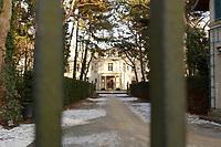 15 JAN 2002, BERLIN/GERMANY:<br /> Blick durch das Tor zur Gedenk- und Bildungsstaette Haus der Wannsee-Konferenz, Am Grossen Wannsee 56-58, 14109 Berlin<br /> IMAGE: 20020115-01-040<br /> KEYWORDS: Eingang