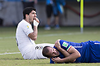 Fotball<br /> VM 2014<br /> Italia v Uruguay<br /> 24.06.2014<br /> Foto: imago/Digitalsport<br /> NORWAY ONLY<br /> <br /> Luiz Suarez (Uruguay) hält sich die Zähne nach seiner Beißattacke an Giorgio Chiellini (Italien)