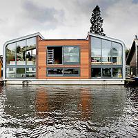 Nederland,Amsterdam ,17 februari 2008..Moderne Waterwoning aan de Landsmeerderdijk.