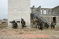"""03 APR 2012, LEHNIN/GERMANY:<br /> Kampfschwimmer der Bundeswehr trainieren """"an Land"""" infanteristische Kampf, hier Haeuserkampf- und Geiselbefreiungsszenarien auf einem Truppenuebungsplatz<br /> IMAGE: 20120403-01-121<br /> KEYWORDS: Marine, Bundesmarine, Soldat, Soldaten, Armee, Streitkraefte, Spezialkraefte, Spezialkräfte, Kommandoeinsatz, Übung, Uebung, Training, Spezialisierten Einsatzkraeften Marine, Waffentaucher"""