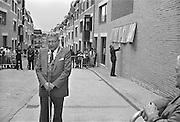 Nederland, Nijmegen, 15-5-1982Officiele ingebruikname van de herbouwde benedenstad door burgemeester Hermsen. Een gedenksteen wordt onthuld: Onderstad Boven.In de loop van de 20e eeuw is de kwaliteit van bebouwing in nijmeegse benedenstad zodanig achteruitgegaan dat er grote lege plekken waren ontstaan door gesloopte of ingestorte gebouwen en woningen. Zo stonden langs de Waal in de stad een gasfabriek en electriciteitscentrale. Eind 70er jaren werd besloten dit hele gebied te herbouwen volgens het oude stratenpatroon. Onder druk van de woningnood werden het vooral sociale huurwoningen. Begin jaren 80 is dit voltooid en heeft Nijmegen haar gezicht weer naar de rivier gekeerd. Door het middeleeuwse stratenpatroon en het hoogteverschil is de Benedenstad sinds 1975 een van rijkswege beschermd stadsgezicht.Foto: Flip Franssen/Hollandse Hoogte