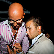 NLD/Amsterdam/20100701 - Presentatie nieuwe Samsung telefoon Galaxy S, Winston Gerschtanowitz proberen samen de telefoon uit