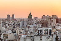 VISTA DE LA CIUDAD DE BUENOS AIRES Y LA CUPULA DEL CONGRESO AL ATARDECER, ARGENTINA (PHOTO © MARCO GUOLI - ALL RIGHTS RESERVED)