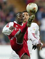 Fotball, 13. desember 2003, v.l. Sammy Kuffour, Kevin Kuranyi Stuttgart<br /> Bundesliga FC Bayern München - VfB Stuttgart