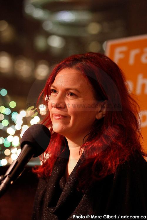 Portrait en direct de Sonia Johnson lors de l'émission radiophonique Francophonie Express  à  Bar Alice de l'hôtel Omni / Montreal / Canada / 2015-03-03, Photo © Marc Gibert / adecom.ca