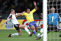 Fotball<br /> Privatlandskamp<br /> Tyskland v Brasil<br /> Berlin<br /> 8. september 2004<br /> Foto: Digitalsport<br /> NORWAY ONLY<br /> JULIO BAPTISTA (BRA) / ROBERT HUTH / OLIVER KAHN (GER)
