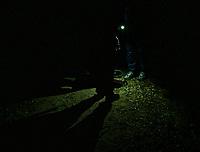 Okolice Michalowa, woj. podlaskie, 06.10.2021. W lesie aktywisci z grup pomocowych odnalezli w lesie uchodzcow, ktorzy pare dni wczesniej przekroczyli nielegalnie granice polsko-bialoruskiej, dwa malzenstwa irackich Kurdow z dziecmi w wieku 1 roku i 3 lat. Po 1,5 godzinie oczekiwania, patrol SG zabral uchodzcow do placowki Strazy Granicznej w Michalowie. N/z aktywisci grup pomocowych fot Michal Kosc / AGENCJA WSCHOD