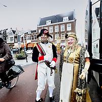 Nederland, Amsterdam , 9 oktober 2011..In 2011 is het exact 200 jaar geleden dat keizer Napoleon een maand lang door Nederland reisde. En daar wordt veel aandacht aan besteed. Hij bezocht tussen 24 september en 31 oktober 1811 tientallen plaatsen in zes provincies. Na een bezoek aan Vlissingen en .Middelburg kwam hij via Utrecht en Duivendrecht op 9 oktober 2011 in Amsterdam aan.    .Op de foto steekt Napoleon met de zojuist overhandigde sleutels en zijn gemalin Marie-Louise de Linaeusstraat over richting de bus die hen vervolgens naar het Amsterdams Museum zal rijden alwaar het officiele doek van de intocht van Napoleon in 1813 zal worden onthuld..Foto:Jean-Pierre Jans