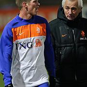 NLD/Katwijk/20110207 - Training Nederlands Elftal voor oefeninterland tegen Oostenrijk, Klaas Jan Huntelaar in gesprek Bert van Marwijk
