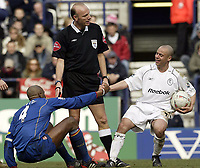 Fotball<br /> FA-cup 2005<br /> 5. runde<br /> Bolton v Arsenal<br /> 12. mars 2005<br /> Foto: Digitalsport<br /> NORWAY ONLY<br /> Bolton's Stellios enjoys a joke and helps Patrick Viera to his feet after fouling him