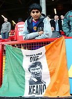 Photo: Chris Ratcliffe.<br />Charlton Athletic v Manchester United. The Barclays Premiership. 19/11/2005.<br />A disconsolate Man Utd fan in front of a Roy Keane sign