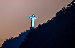 06-08-2016 BRA: Olympic Games day 1, Rio de Janeiro<br /> Cristo Redentor kijkt toe op het Beachvolleybal Stadium