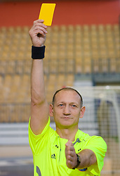 Rokometni sodnik Janko Pozeznik prikazuje sodniski znak za opomin (rumeni karton), 10. aprila 2009, v dvorani Zlatorog, Celje, Slovenija. (Photo by Vid Ponikvar / Sportida)