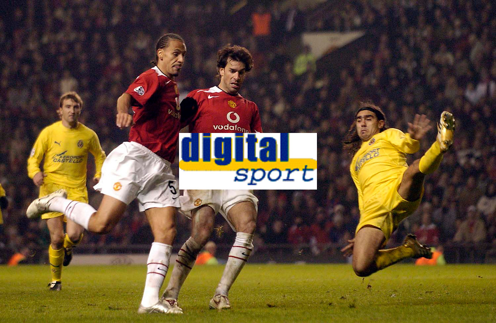 Photo: Jed Wee.<br /> Manchester United v Villarreal. UEFA Champions League.<br /> 22/11/2005.<br /> <br /> Manchester United's Rio Ferdinand (L) misses a late chance as Villarreal's Gonzalo (R) throws himself at the ball.