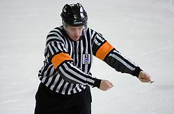 Znak za zadrzevanje s palico (1). Hooking. Slovenski hokejski sodnik Damir Rakovic predstavlja sodniske znake. Na Bledu, 15. marec 2009. (Photo by Vid Ponikvar / Sportida)