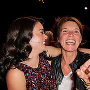 NLD/Hilversum/20120916 - 4de live uitzending AVRO Strictly Come Dancing 2012, Kim Lian van der Meij met vriendin Minoesch Jorissen
