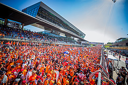 30.06.2019, Red Bull Ring, Spielberg, AUT, FIA, Formel 1, Grosser Preis von Österreich, Siegerehrung, im Bild Fans // Fans during the Winner ceremony for the Austrian FIA Formula One Grand Prix at the Red Bull Ring in Spielberg, Austria on 2019/06/30. EXPA Pictures © 2019, PhotoCredit: EXPA/ Dominik Angerer