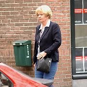 Oud Journaal lezeres Elleke van Doorn winkelend in Laren