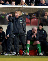 Photo: Jed Wee.<br /> Clyde v Glasgow Celtic. Scottish Cup. 08/01/2006.<br /> <br /> Celtic manager Gordon Strachan (L) tries to urge his players on as a dejected John Hartson reflects in the background.