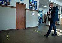 Bialystok, 28.06.2020. Wybory prezydenckie 2020. N/z glosowanie w OKW nr 82; przewodniczacy komisji sprawdza czas do otwarcia lokalu wyborczego fot Michal Kosc / AGENCJA WSCHOD