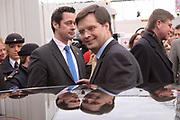 Premier Jan Peter Balkenende doet de deur dicht van het glazen huis op de Neude in Utrecht. Daarmee sluit hij de dj's Giel Beelen, Gerard Ekdom en Sander Lantinga voor zes dagen op. <br /> <br /> In het kader van de actie Serious Request van radiostation 3FM eten zij tot kerstavond niet, en maken de dj's 24 uur per dag live radio. Hiermee willen zij zo veel mogelijk geld inzamelen voor de slachtoffers van landmijnen. Luisteraars kunnen tegen betaling verzoeknummers aanvragen. <br /> <br /> Op de foto: